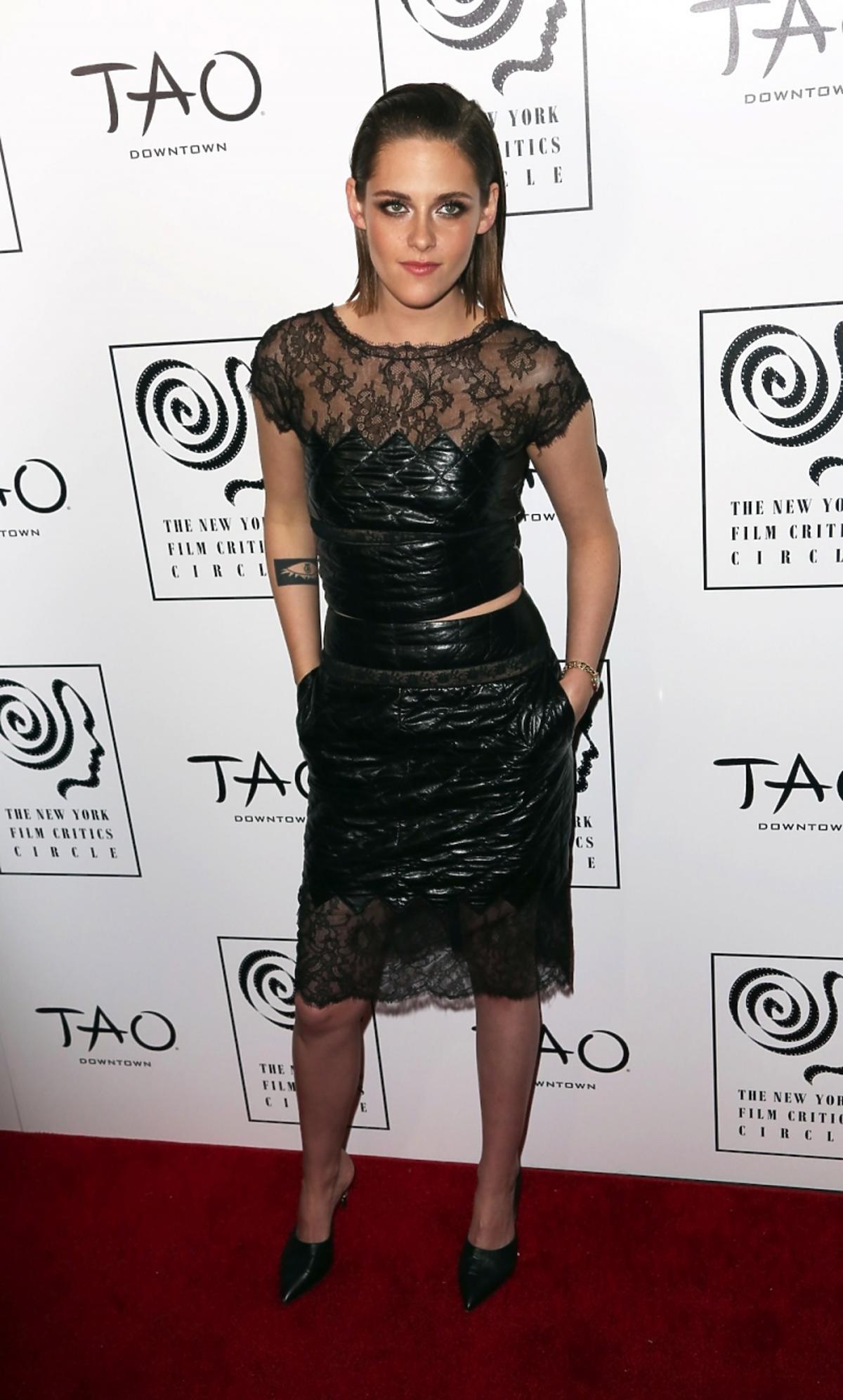 Kristen Stewart w czarnym komplecie spódnicy i topie