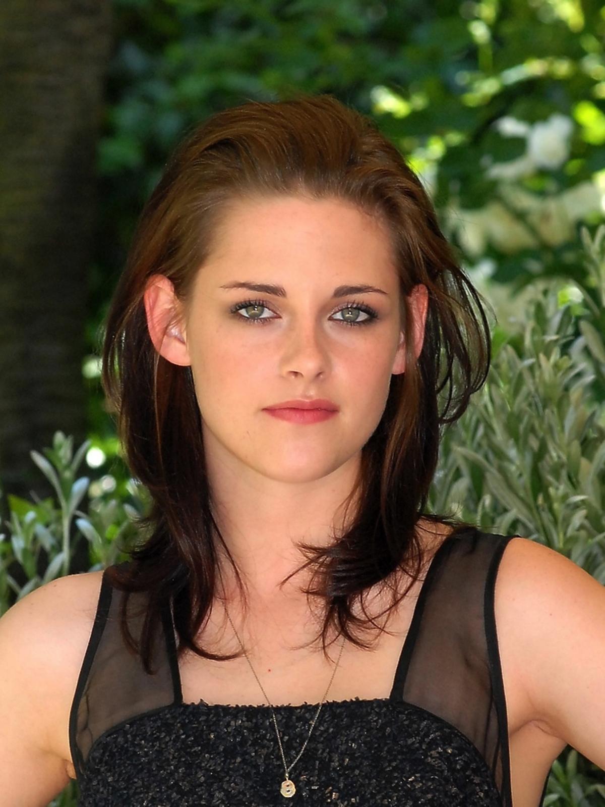 Kristen Stewart w rudych rozwianych włosach