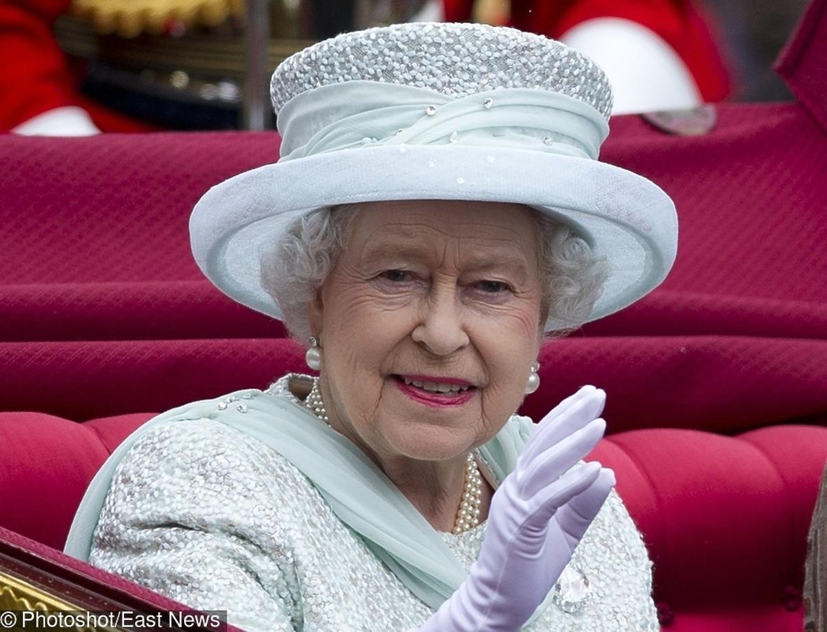 Królowa Elżbieta biały kapelusz