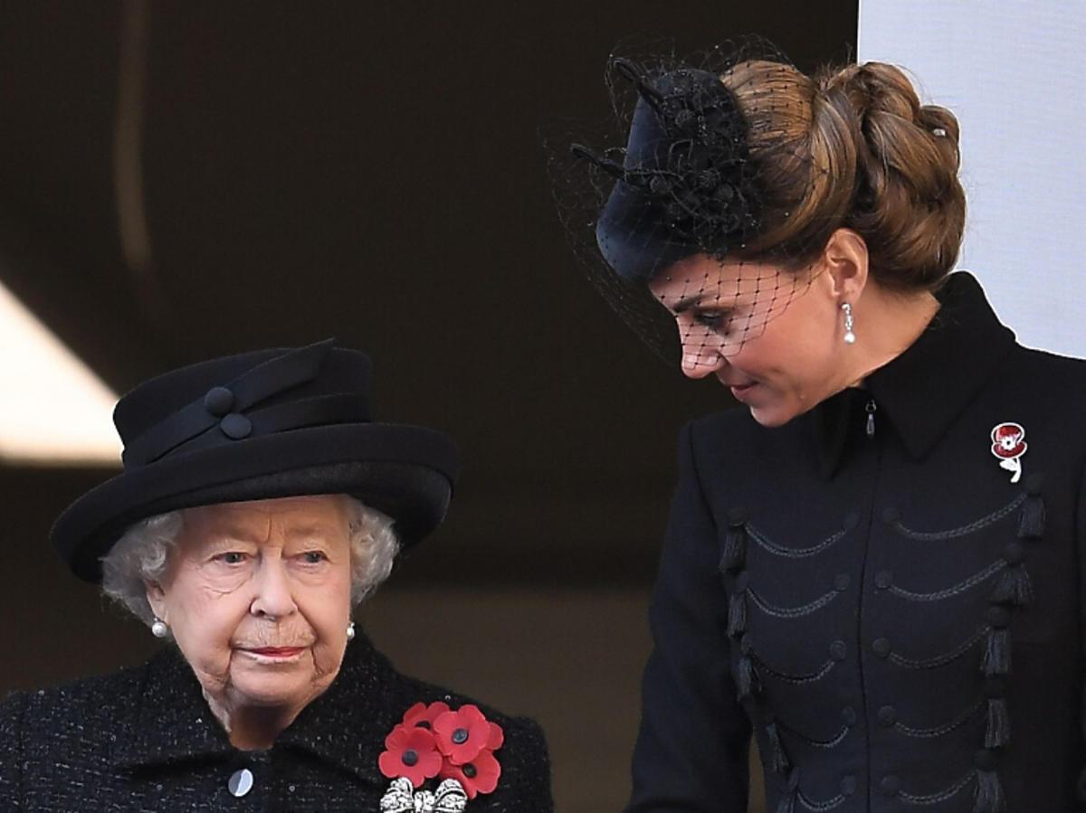Królowa Elżbieta i księżna Kate na obchodach Dnia Pamięci