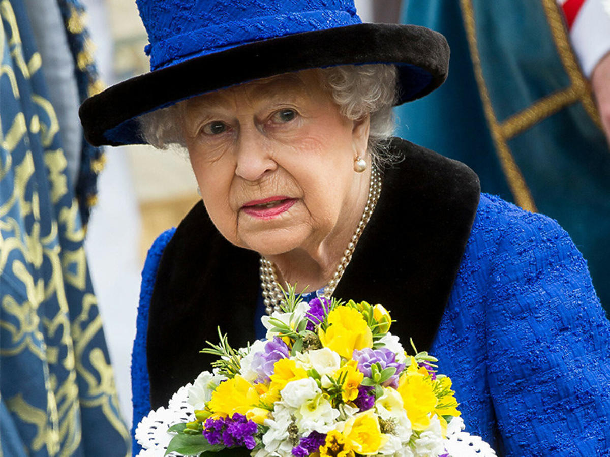 Królowa Elżbieta II w niebieskim stroju