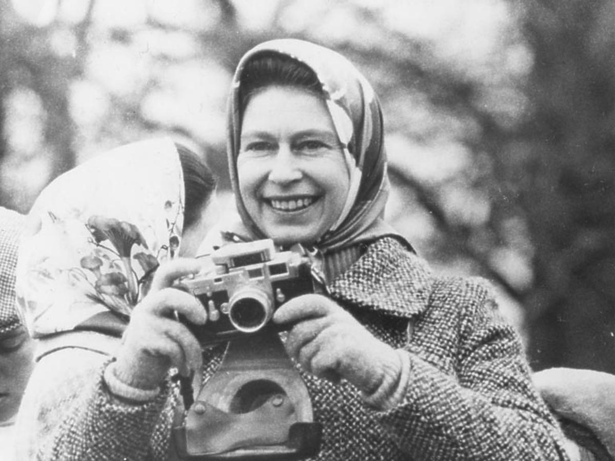 królowa Elżbieta II z aparatem fotograficznym