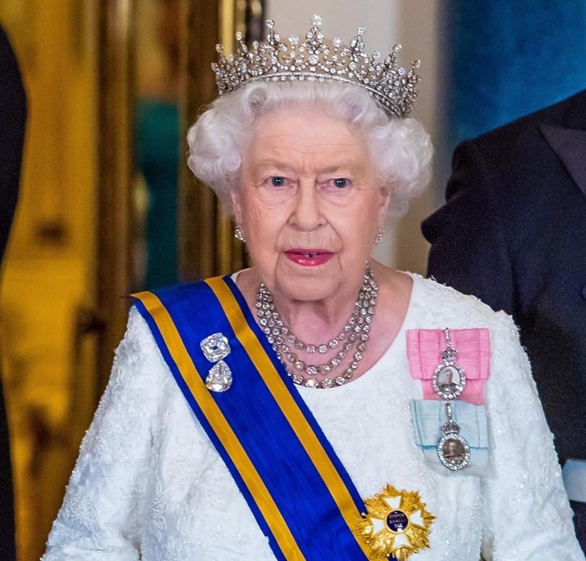 królowa Elżbieta II z koronąna głowie