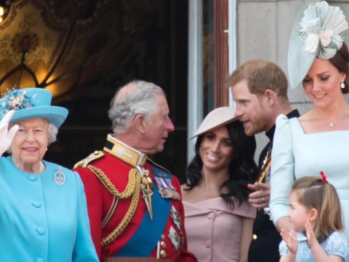 królowa Elżbieta, księżna Kate, Meghan Markle na balkonie