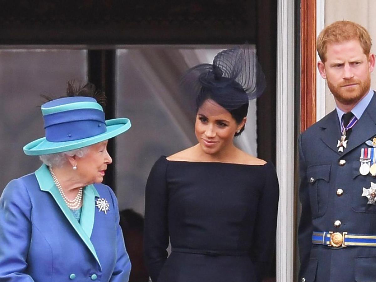 królowa Elżbieta, Meghan Markle, książę Harry na balkonie