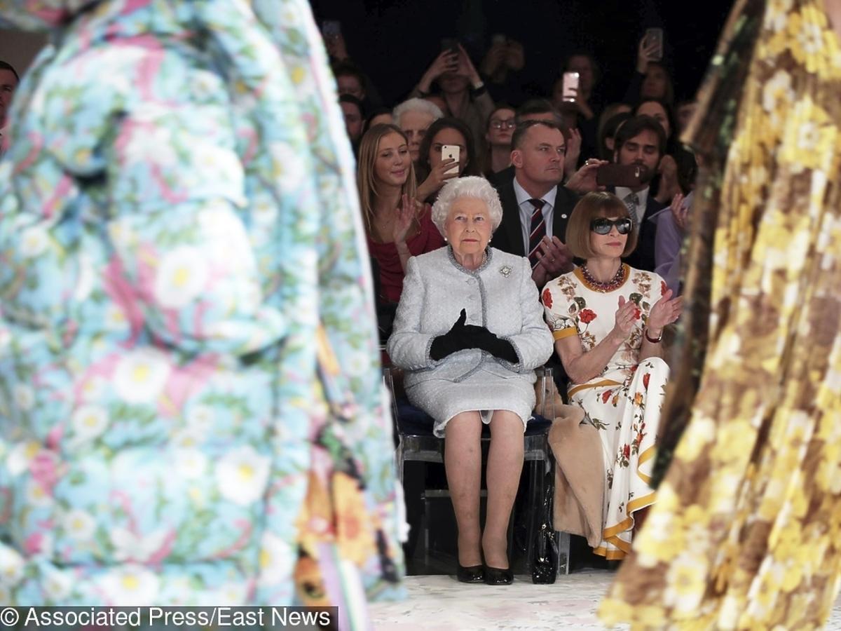 Królowa Elżbieta na pokazie Richarda Quinna