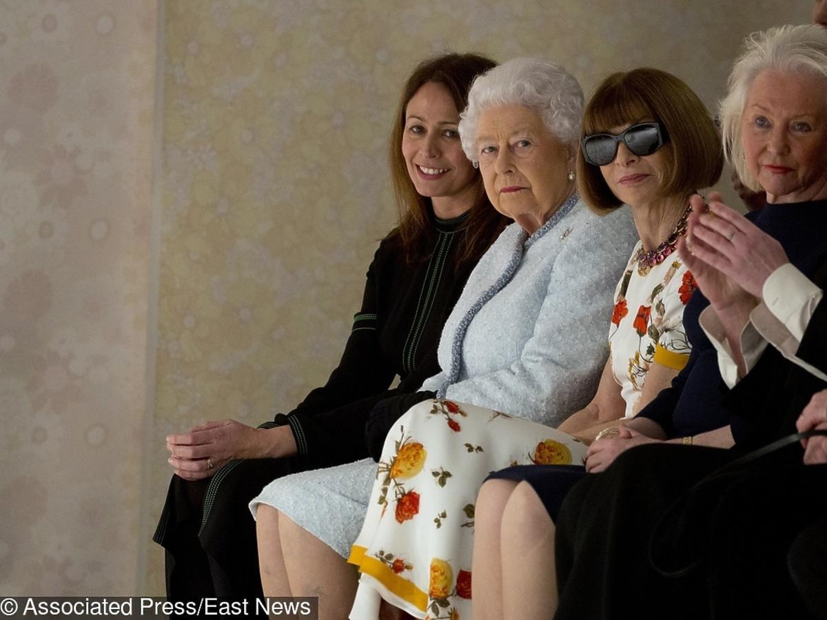 Królowa Elżbieta w pierwszym rzędzie na pokazie Richarda Quinna