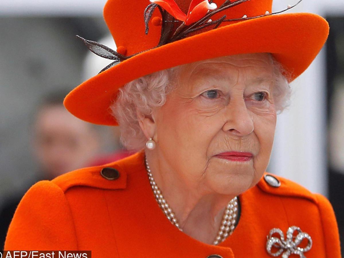 Królowa Elżbieta w pomarańczowym kostiumie