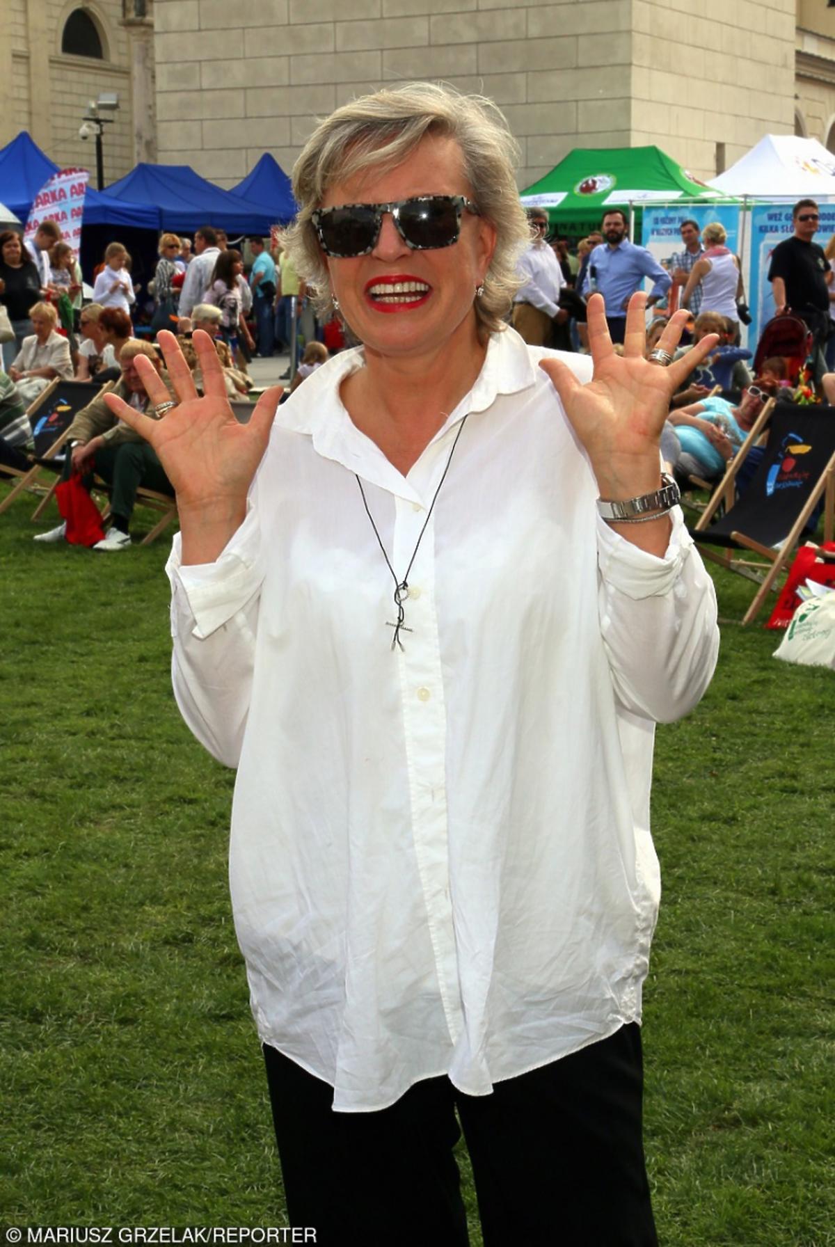 Krystyna Janda w białej koszuli