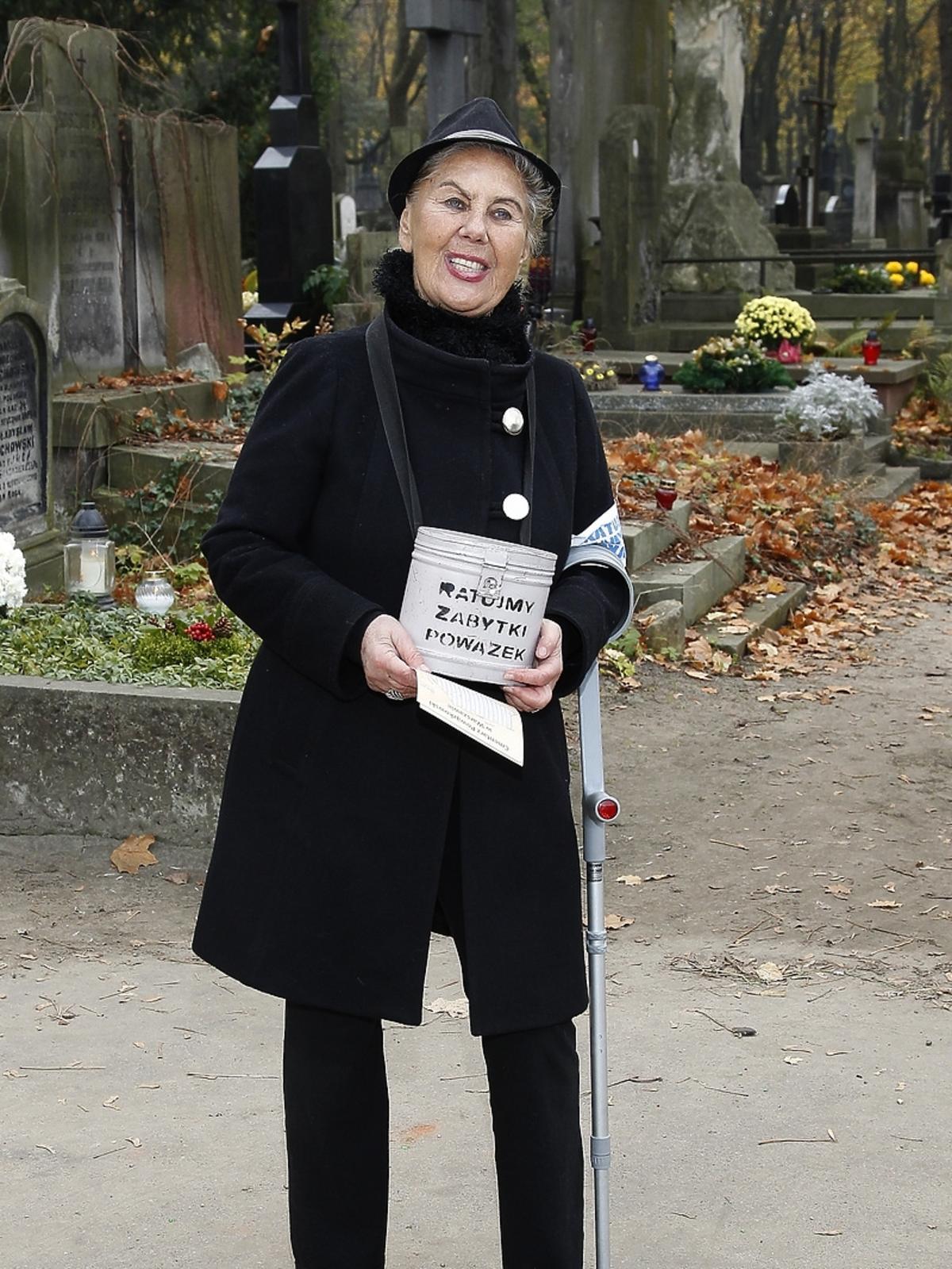 Krystyna Kołodziejczyk podczas kwesty artystów na Powązkach