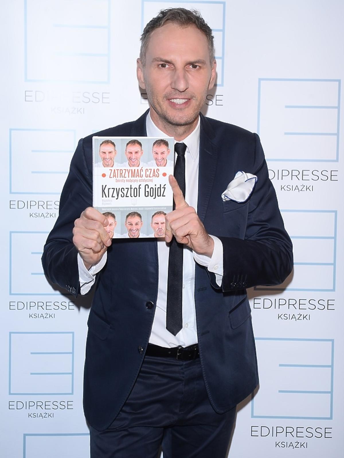 Krzysztof Gojdź trzyma swoją książkę