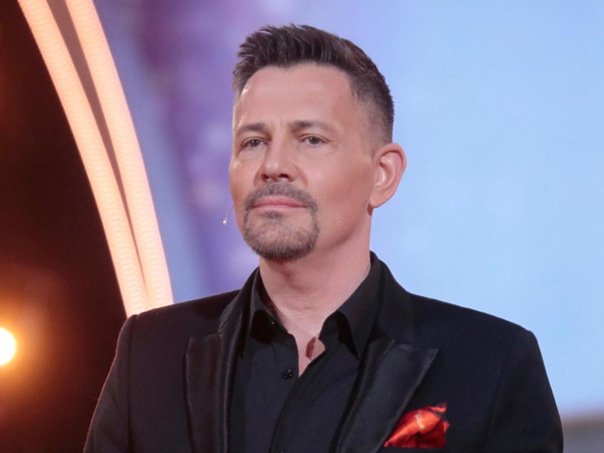 Krzysztof Ibisz w czarnym garniturze na planie Tańca z Gwiazdami