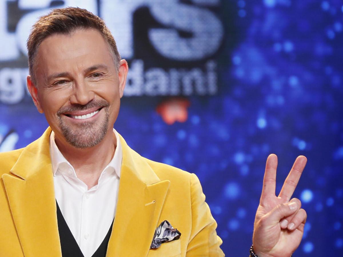 Krzysztof Ibisz w żółtej marynarce