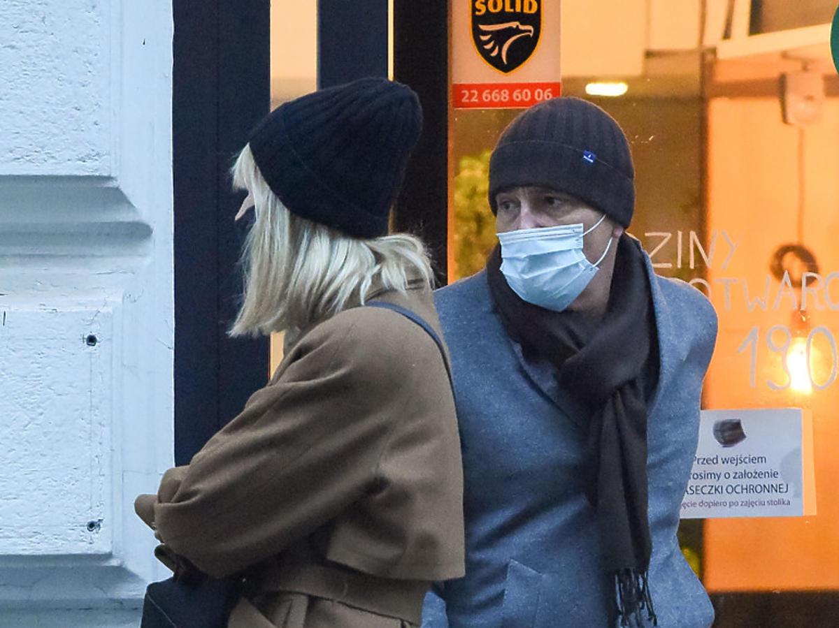 Krzysztof Ibisz z partnerką przed sklepem