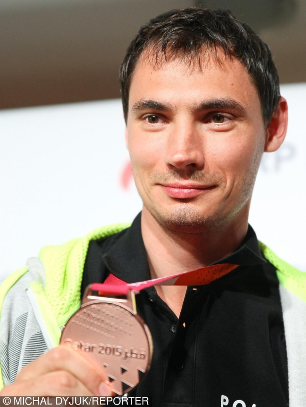 Krzysztof Lijewski pokazuje brązowy medal