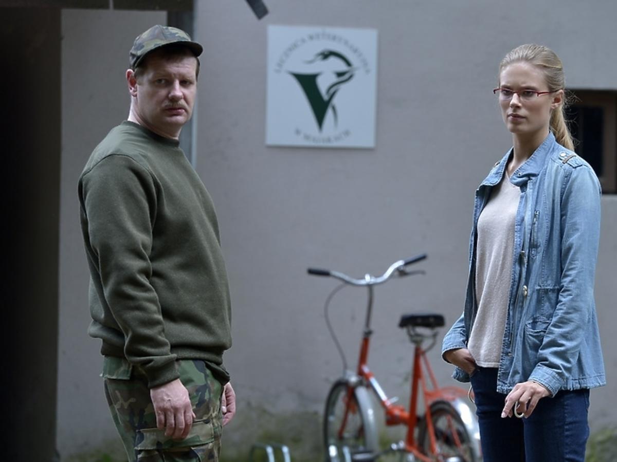Krzysztof Pluskota i Julia Pietrucha na planie serialu