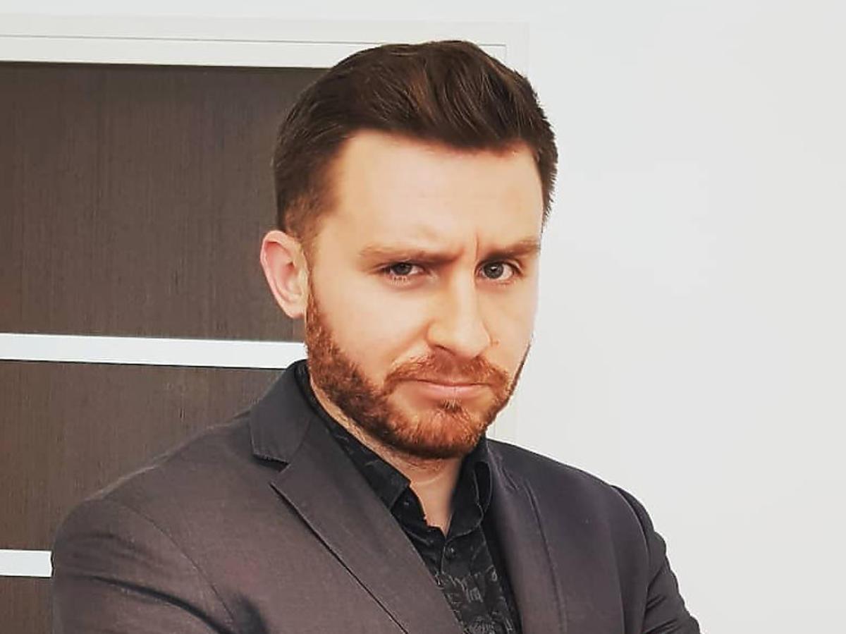 Krzysztof Ufnal z Gogglebox. Przed Telewizorem