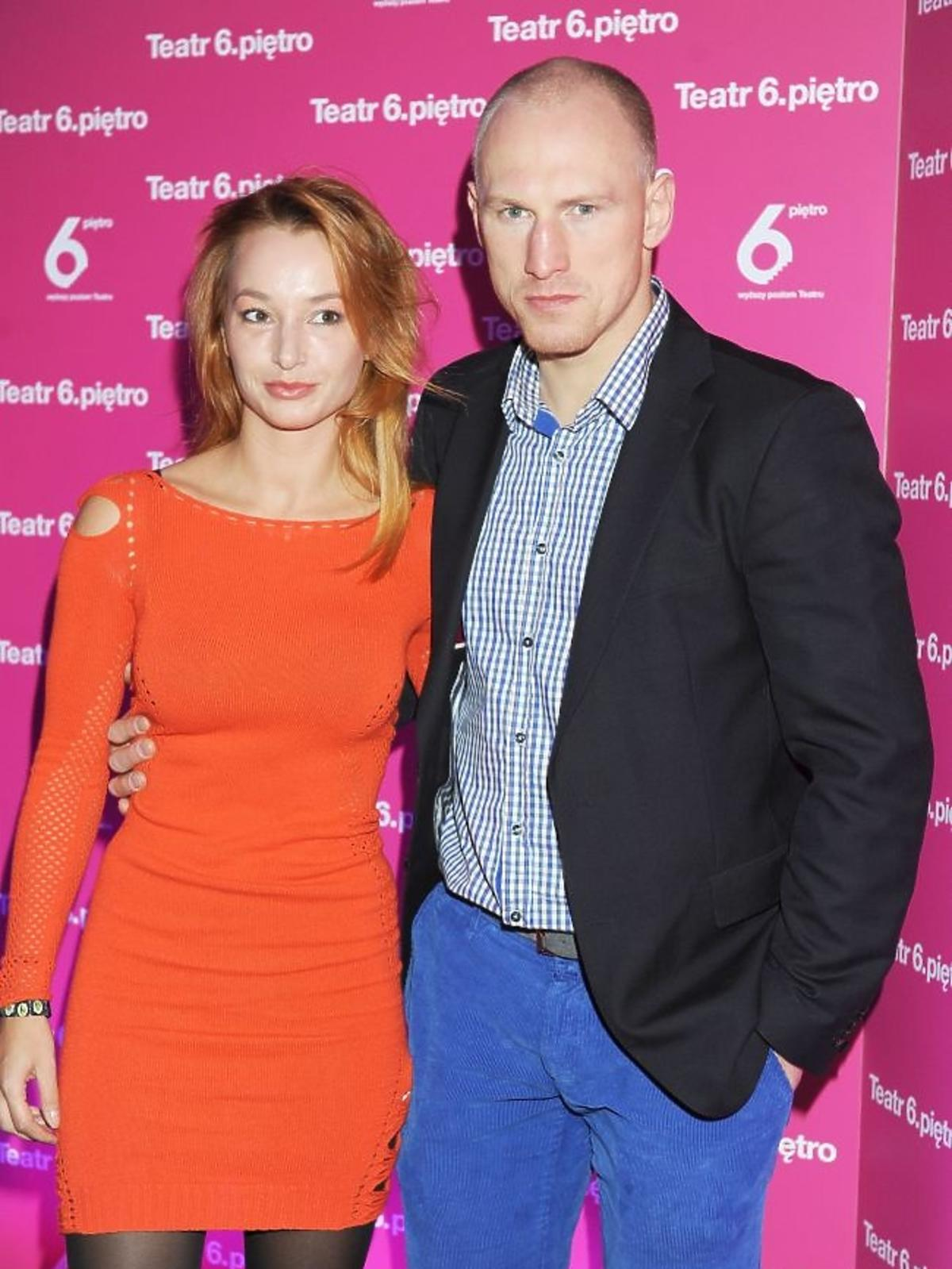 Krzysztof Włodarczyk z żoną na premierze sztuki