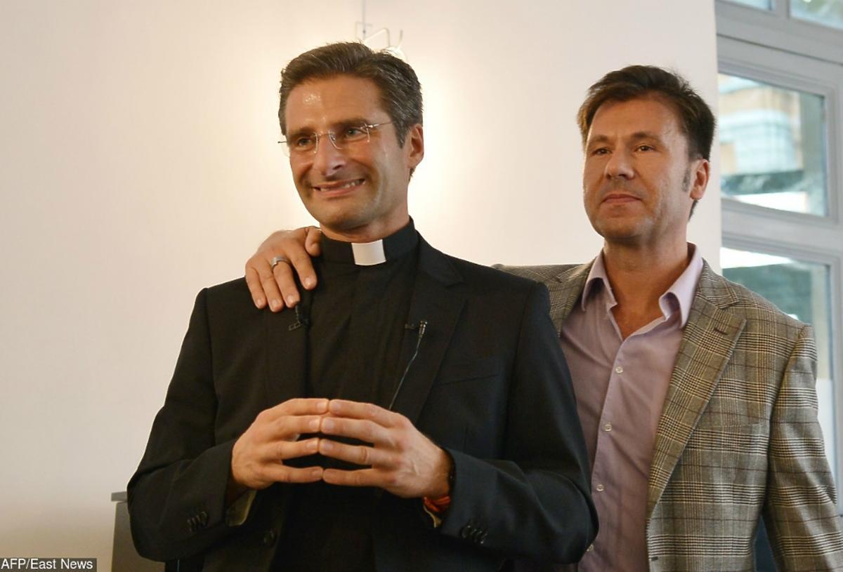 Ksiądz Krzysztof Charamsa pozuje do zdjęcia z partnerem