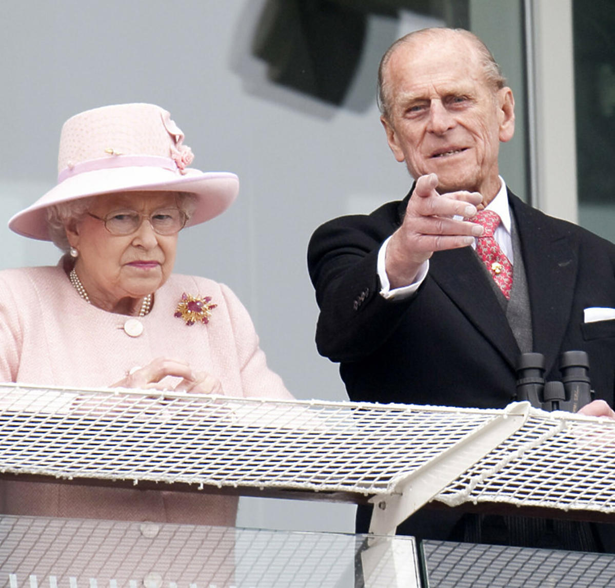 Książę Filip z królową Elżbietą na balkonie