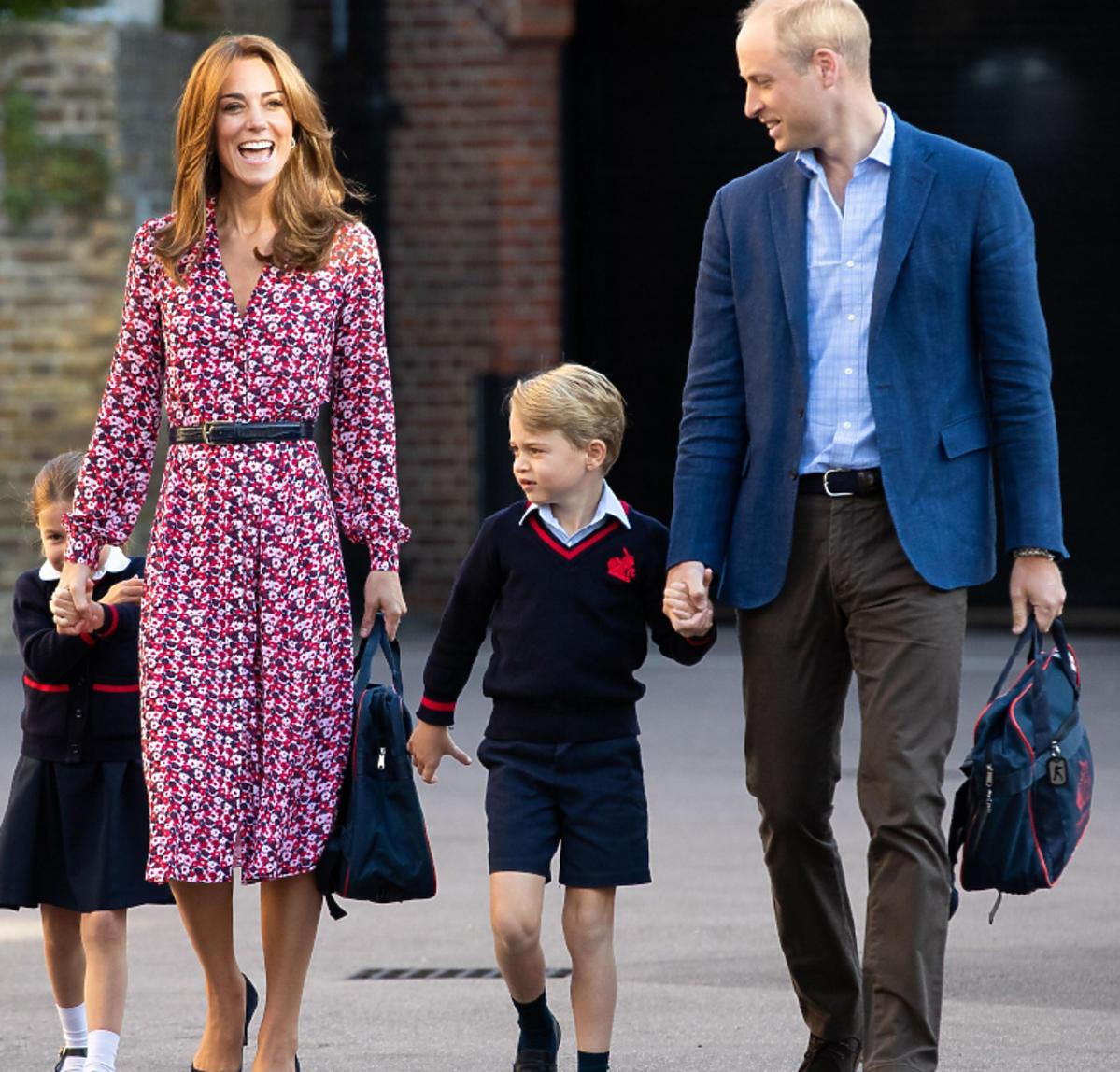 książę George, książę William, księżna Kate, księżniczka Charlotte trzymająsię za ręce