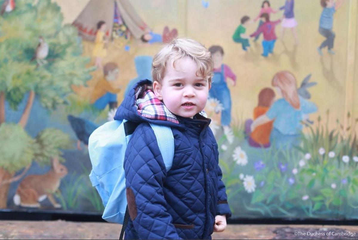Książę George w niebieskiej kurtce z plecakiem