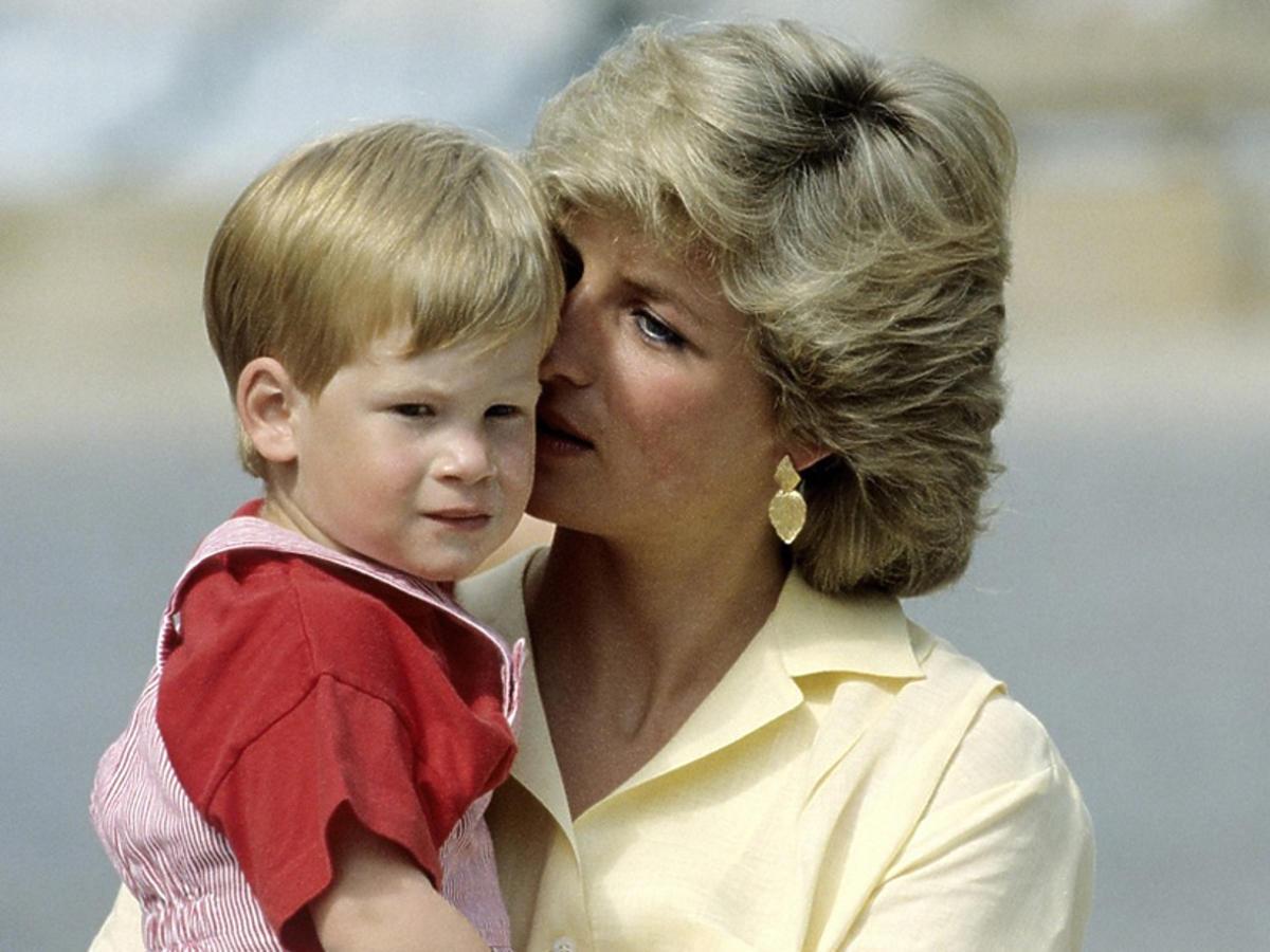 Książę Harry i księżna Diana - mama trzyma syna na rękach