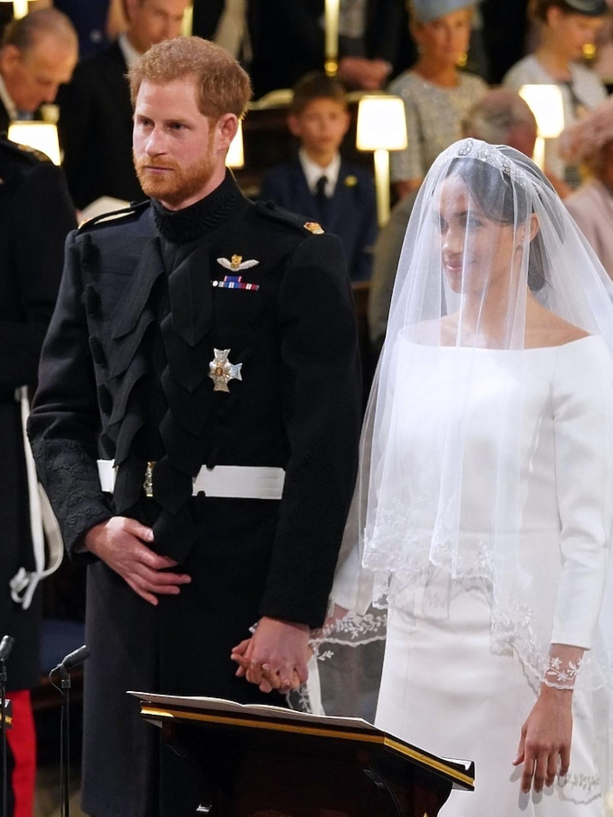 Książę Harry i Meghan Markle podczas ceremonii w kaplicy w Windsorze