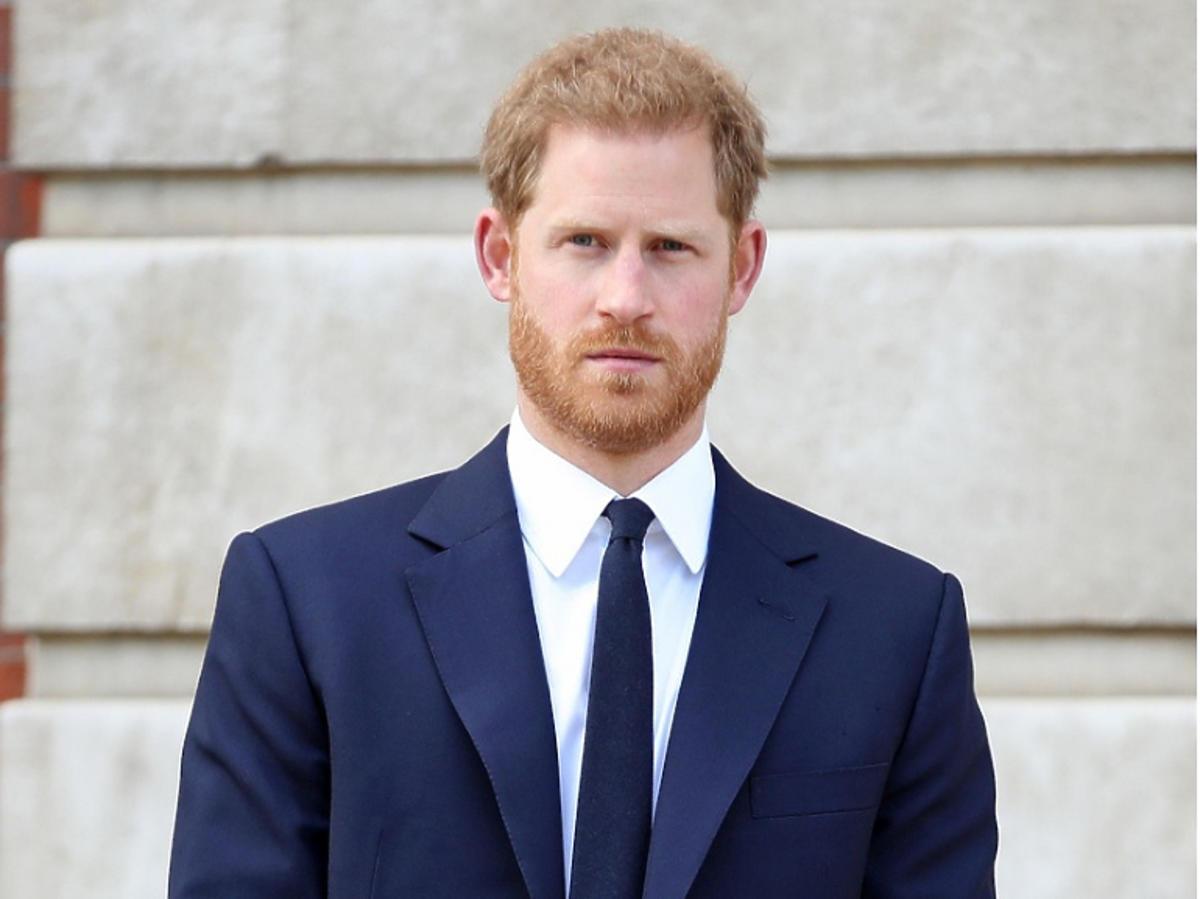 Książę Harry w granatowej marynarce