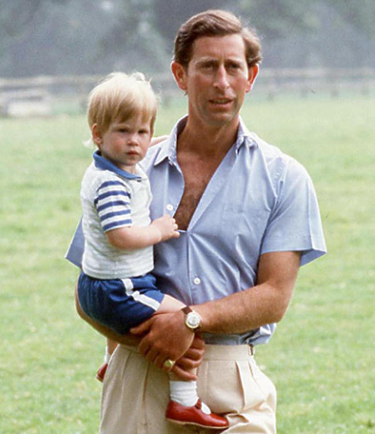 Książę Harry z ojcem jak był mały w czerwonych butach