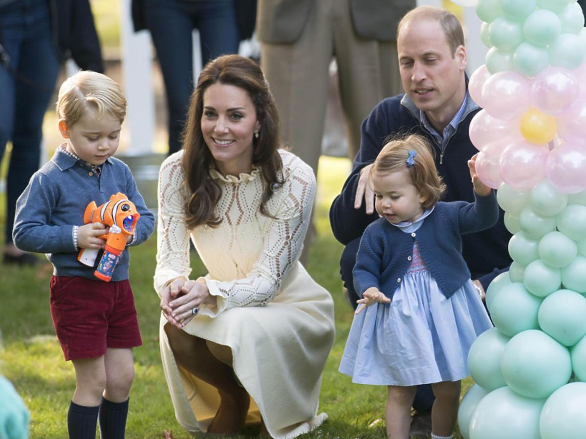 Książę William i księżna Kate bawią się z dziećmi