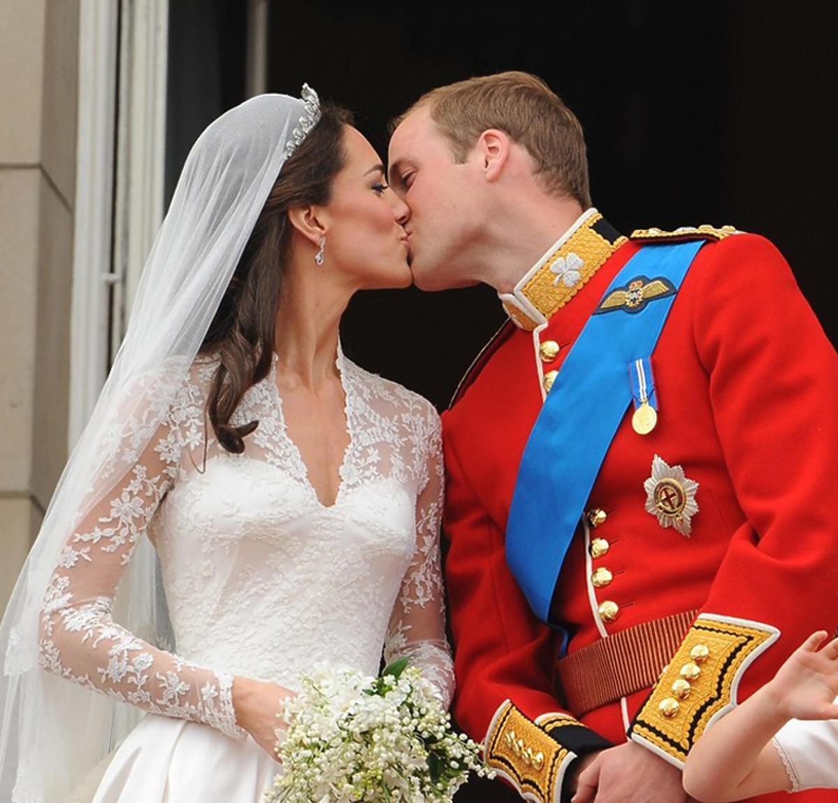 Książę William i księżna Kate całują się po ślubie na balkonie Pałacu Buckingham