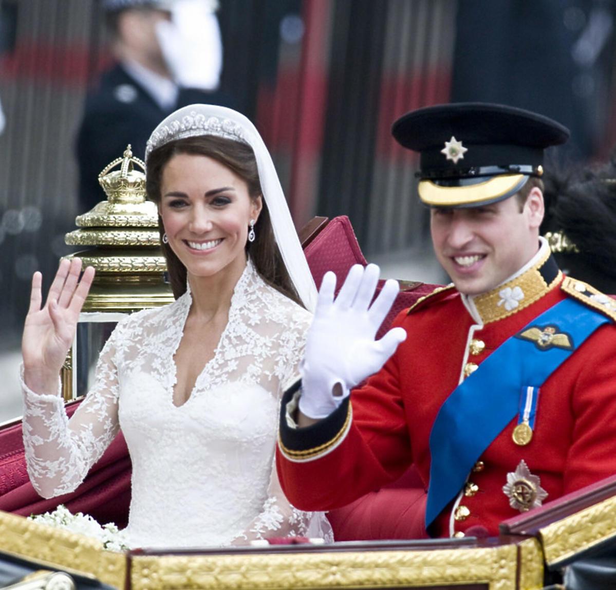 Książę William i księżna Kate tuż po ślubie jadą karocą