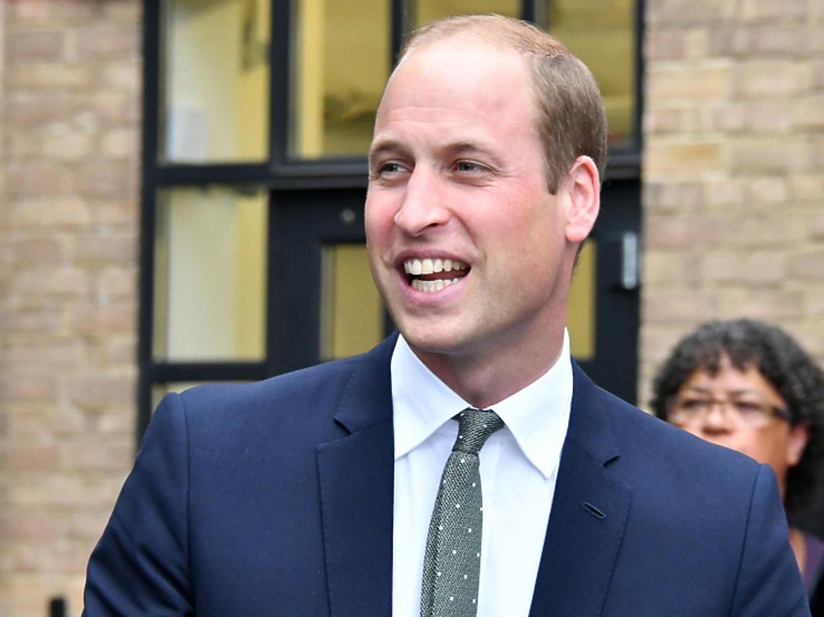 Książę William uśmiecha się