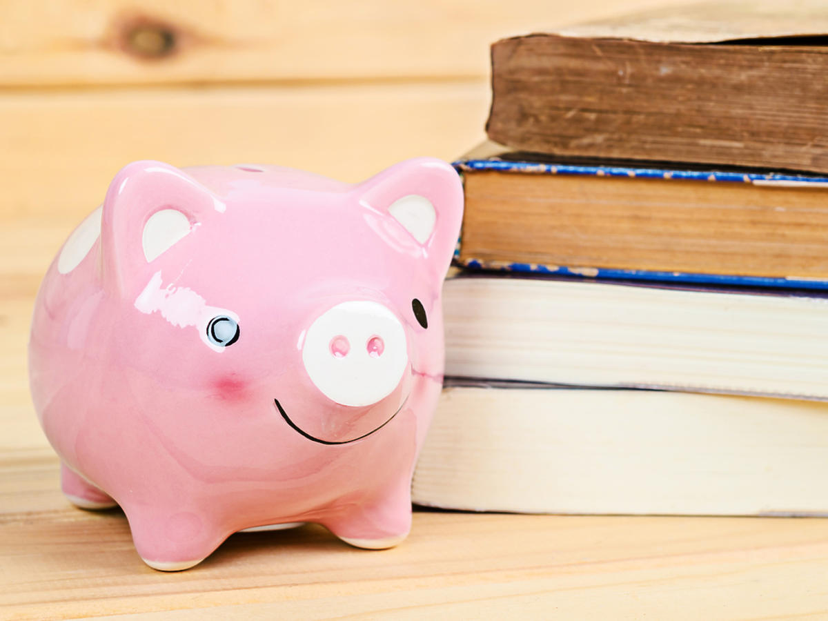 Książki i skarbonka świnka