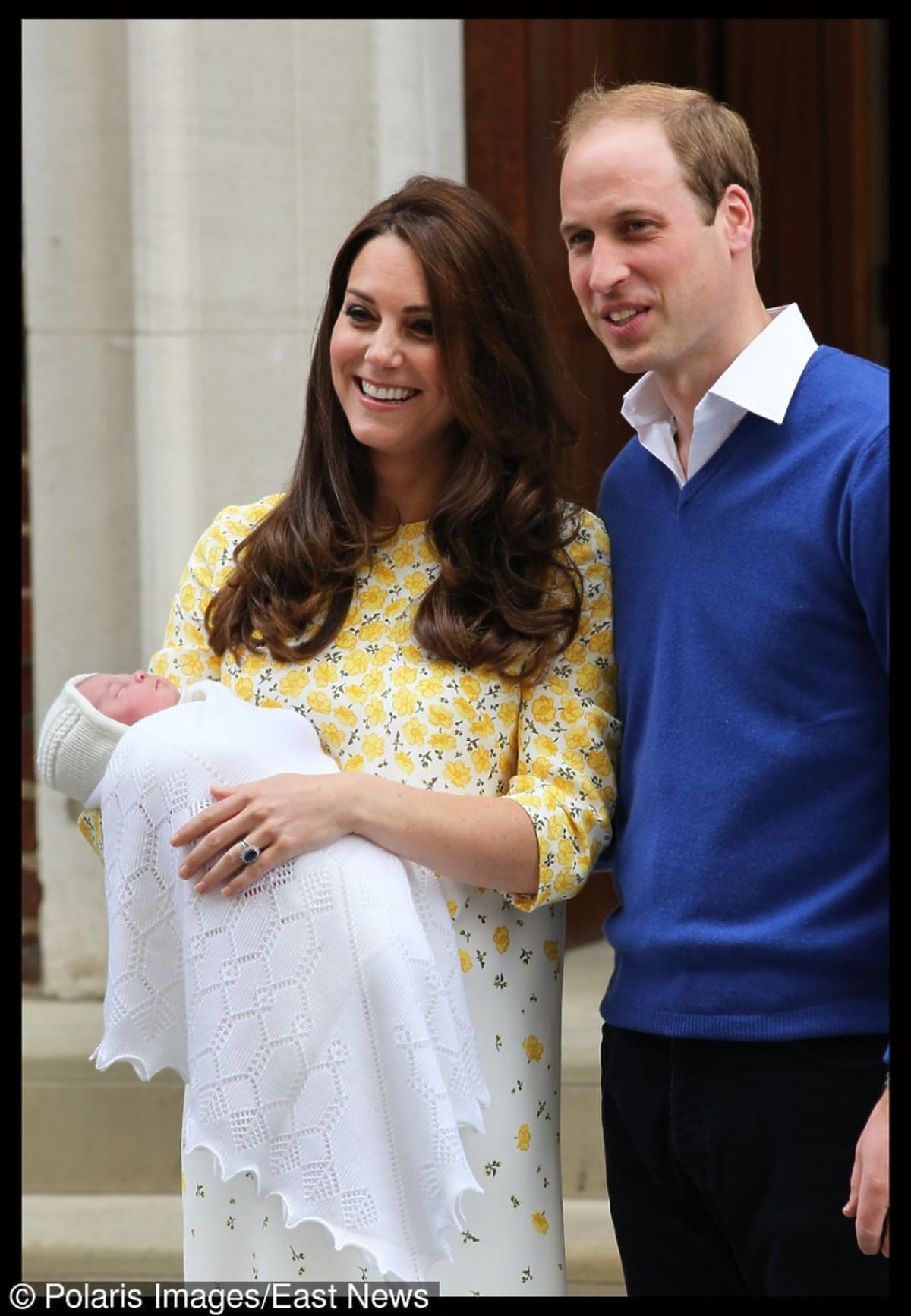 Księżna Catherine (Kate Middleton) i książę William z córką  Charlotte pozują do zdjęć przed szpitalem