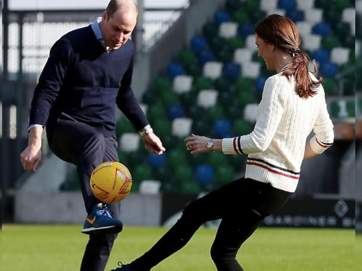 księżna Kate gra w piłkęz księciem Williamem