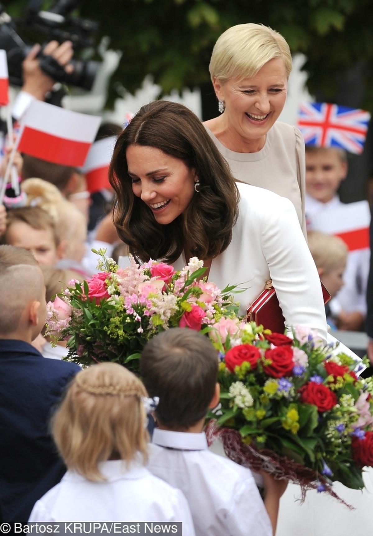 Księżna Kate i Agata Duda rozmawiają z dziećmi na Krakowskim Przedmieściu