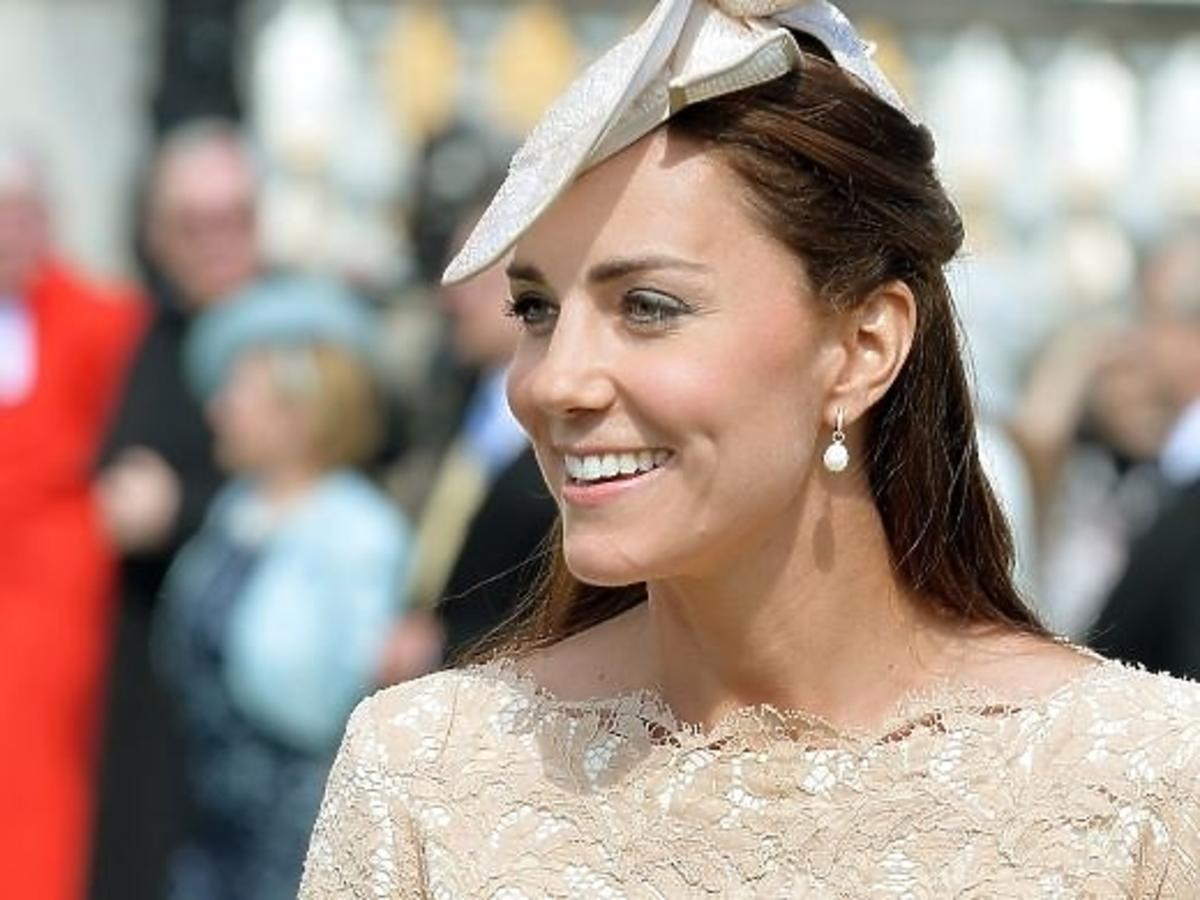 Księżna Kate Middleton w czarnych rajstopach