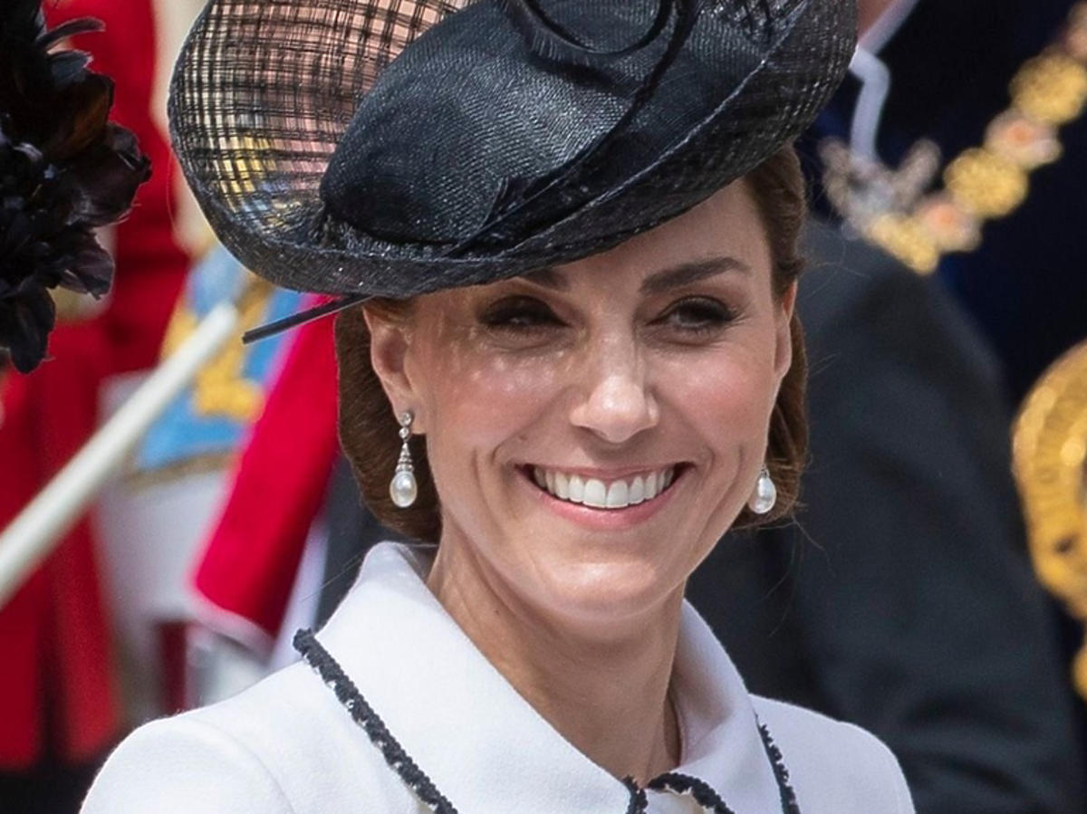 Księżna Kate na podczas ceremonii nadania Orderu Podwiązki w białym płaszczyku