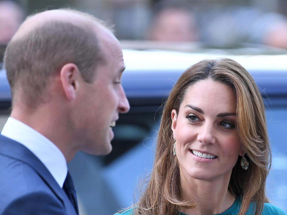 księżna Kate patrzy na księcia Williama