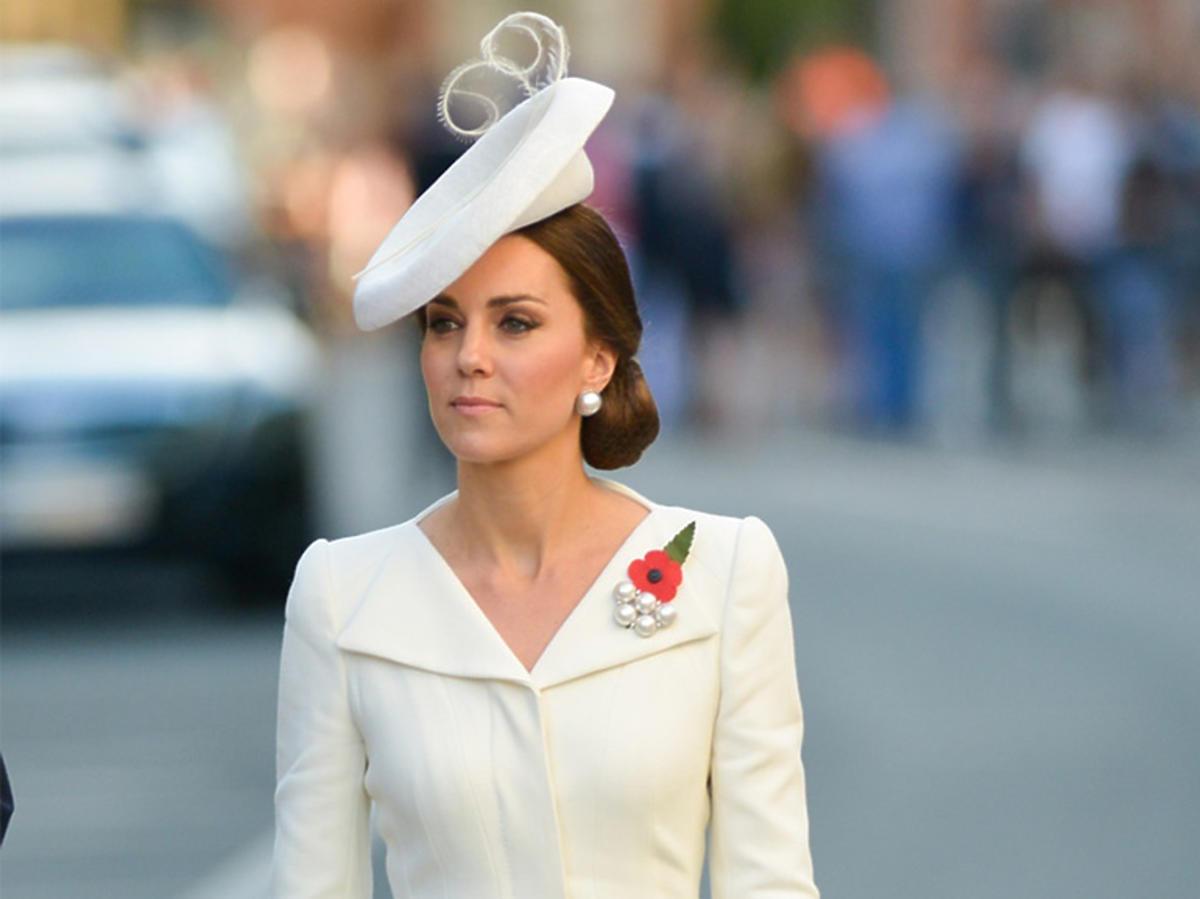 Księżna Kate w białym kostiumie i toczku