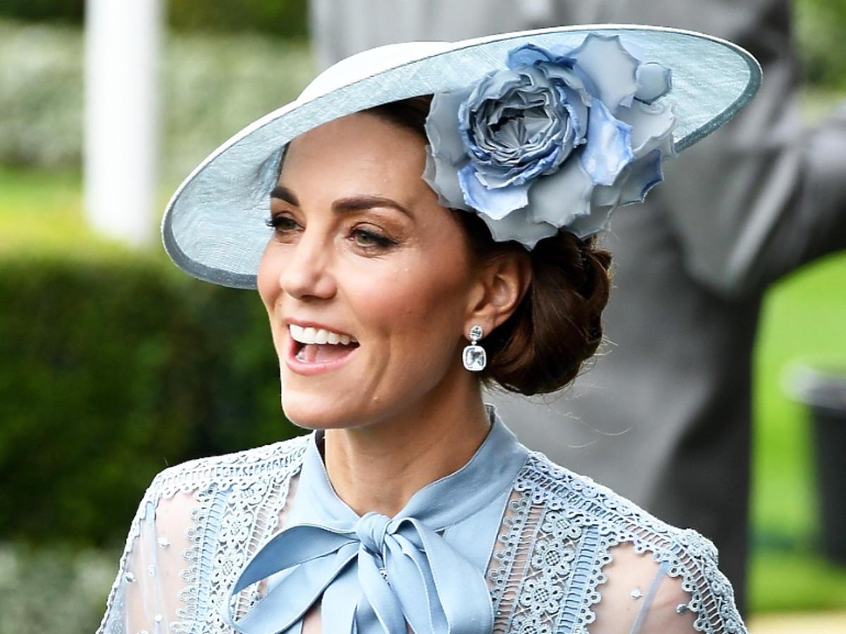 księżna Kate w błękitnej koronkowej sukience
