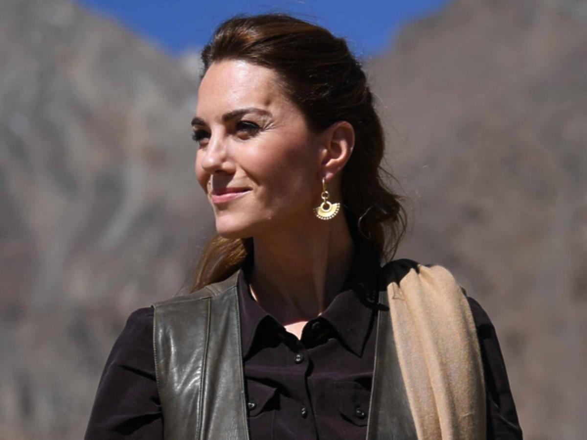 Księżna Kate w brązowej koszuli  Pakistan