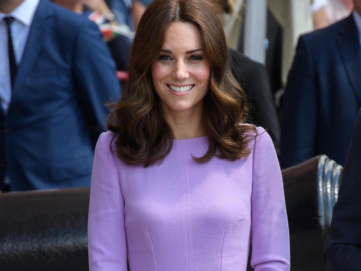 Księżna Kate w ciąży w fioletowej sukience