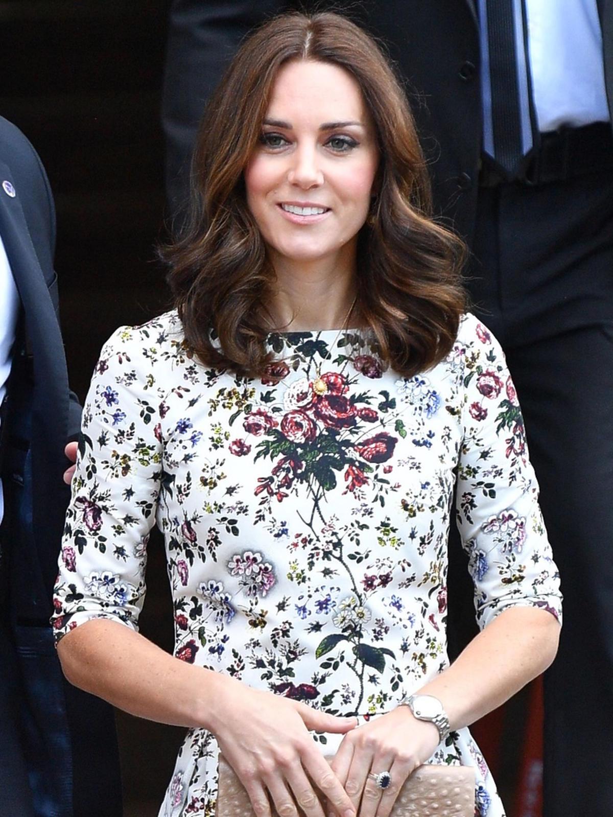 Księżna Kate w Gdańsku w komplecie w kwiatki Erden i z torebką polskiej marki Etui Bags