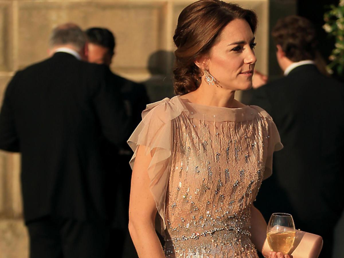 Księżna Kate w jasnej sukience
