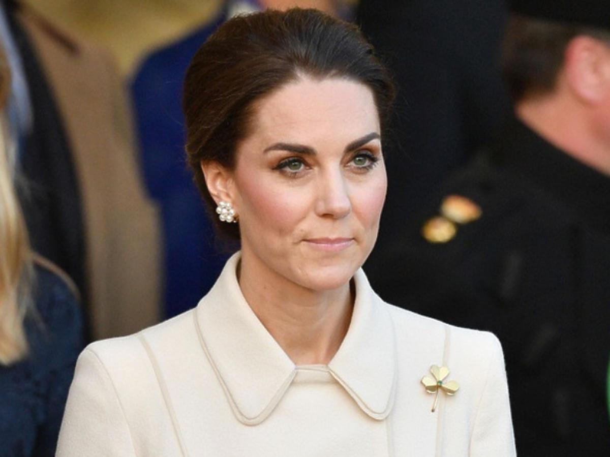 Księżna Kate w jasnym płaszczu