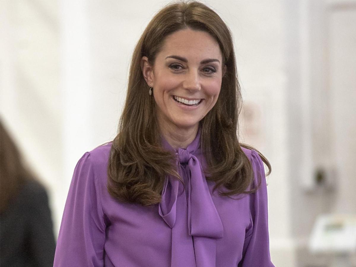 Księżna Kate w koszuli z kokardą