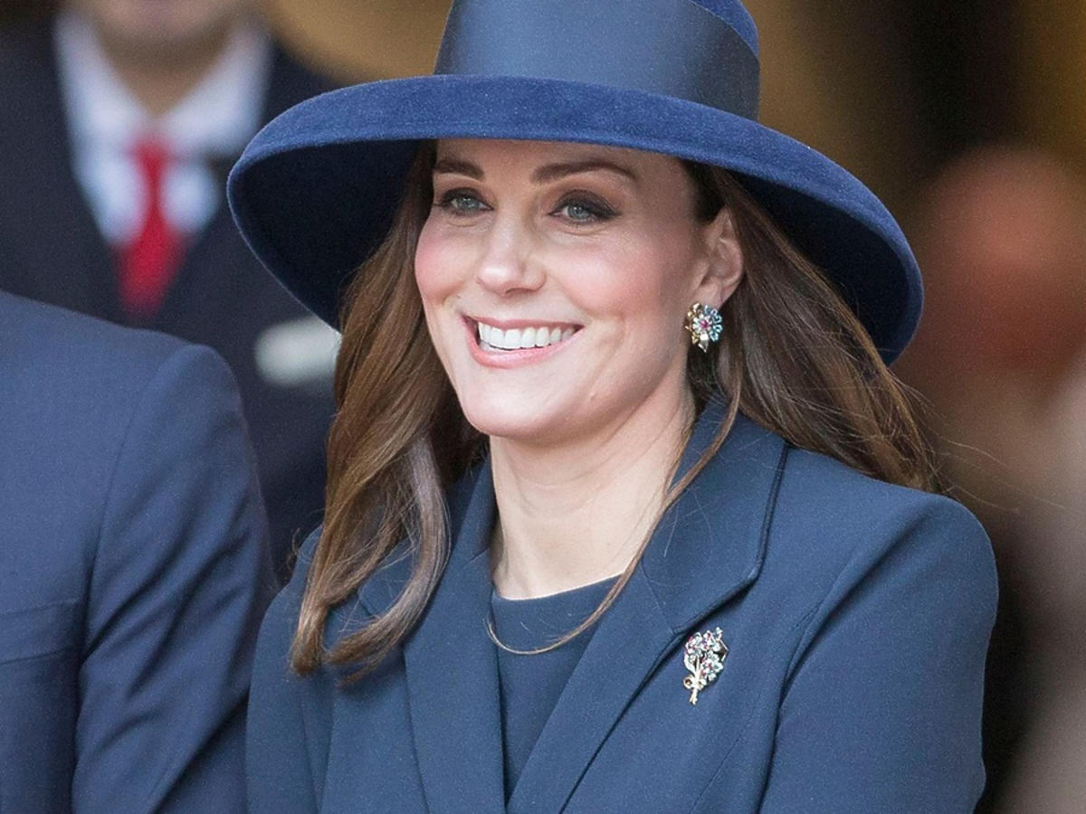 Księżna Kate w Londynie w granatowej stylizacji